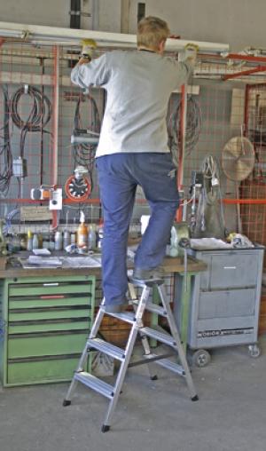 Лестница стремянка двухсторонняя Dopplo 4 ступени купить на выгодных условиях в Пензе